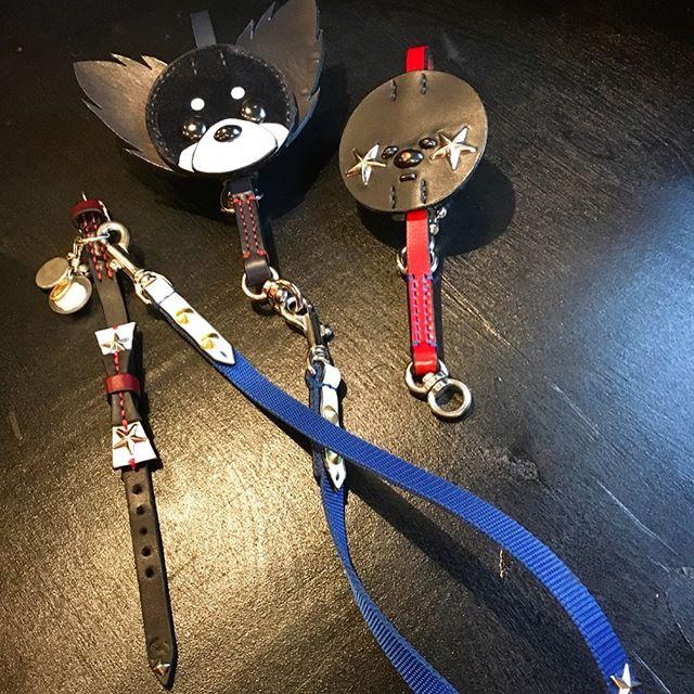 ☆チワワ☆カスタム☆・☆Chihuahua☆Custom☆・☆アフロとチワワ・モチーフのパーツをカスタムしてあります。取り外し可能です☆・#original #leather #accessories #dogcollar #rock #ribbon #dogleash #afro #star #chihuahua #studs #handmade #kagoshima #dog #dogs #dogstagram #instadog #doglover #doglife #poodle #toypoodle #犬 #首輪 #リード #多頭飼い #チワワ #プードル #トイプードル #ビションフリーゼ #アフロ犬・・・☆こちらのお客様は、チワワを多頭飼いされていて、昨年、アフロパーツを取手部分にカスタムして、多頭引きリードをオーダーして頂いていました☆・☆今回、多頭引きリードを個々で使う時用に、取手部分だけオーダーして頂きました☆・☆その時に、チワワ・キーホルダーを見て、これのサイズを大きくしてカスタムしてほしいとオーダーして頂きました☆・☆お客様のアイデアから、迫力満点のオリジナル・リードになりました☆・☆ロックリボン・カラーは、メンテナンスでのお預かりです☆・☆いつも、ありがとうございます☆
